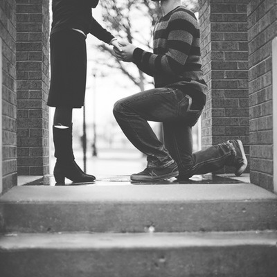 ¿Por qué nos arrodillamos al pedir matrimonio?