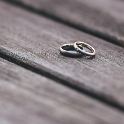 Diferencia entre anillo de pedida y alianza